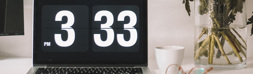 A computer shows an analog clock that reads