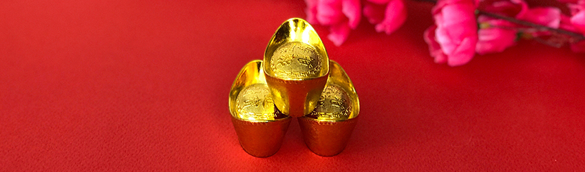 Three gold pieces sit in a triangle on a red background. This represents compatibility in the Chinese zodiac.